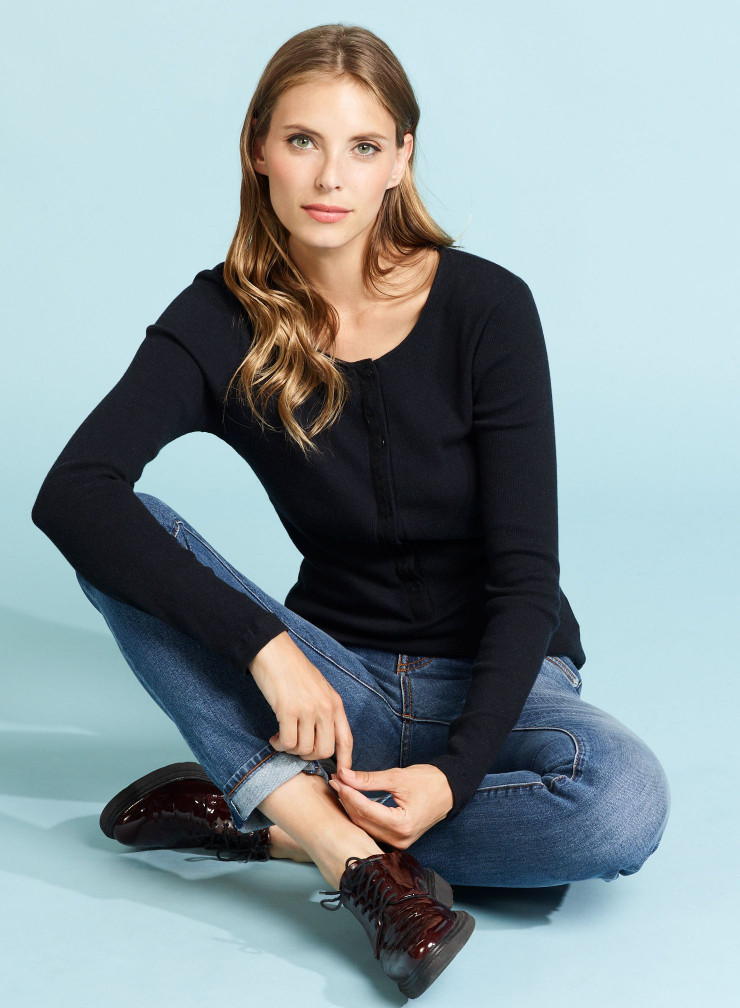 Ribbed tunisian collar with T-shirt with lace finish